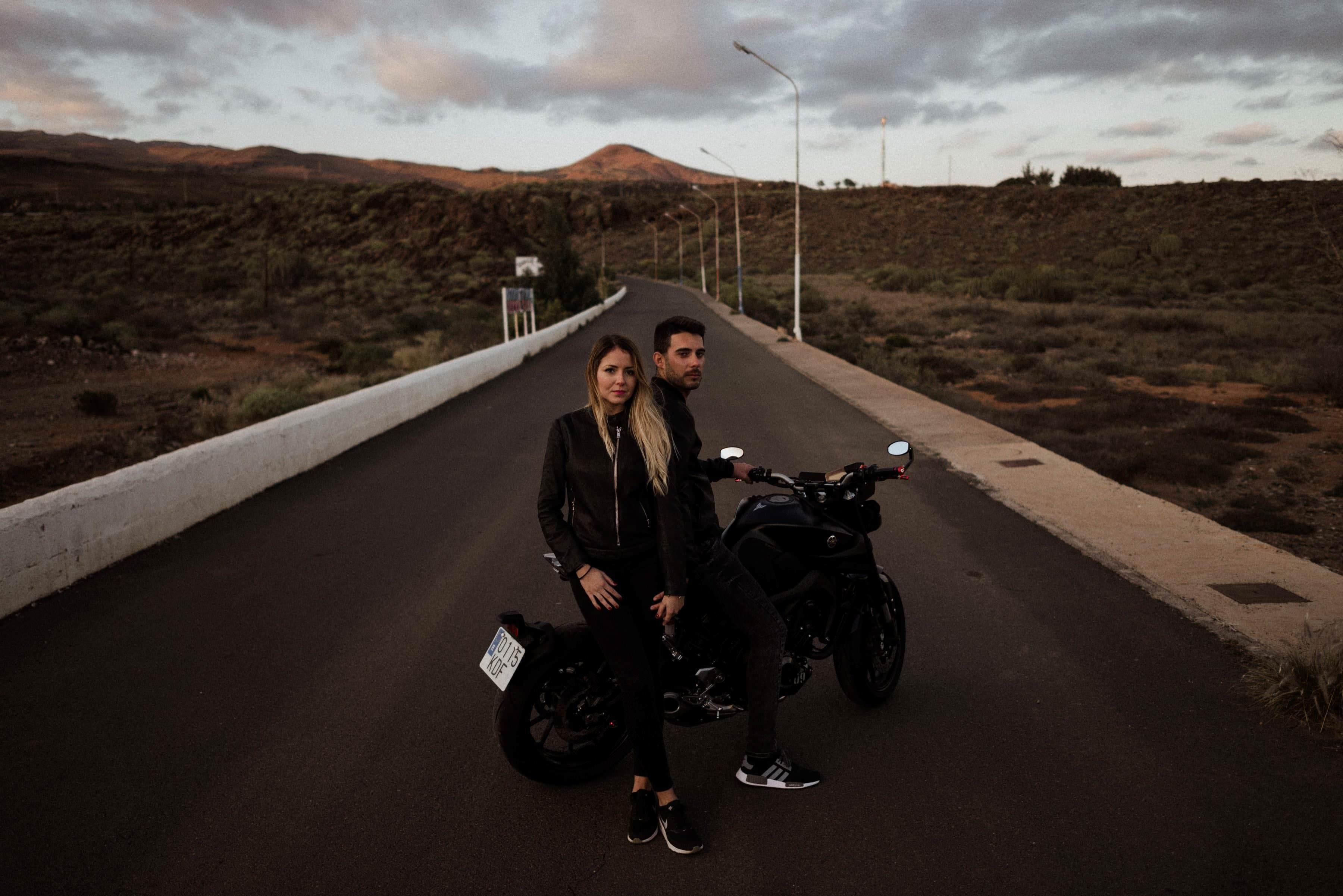 Fotos de pareja en moto en Gran Canaria. Motos Yamaha Las Palmas. Pareja en moto. Sioux city. Carreteras Gran Canaria. Retratos de pareja. Book de fotos. Estefanía Grimaldos y Fabio González